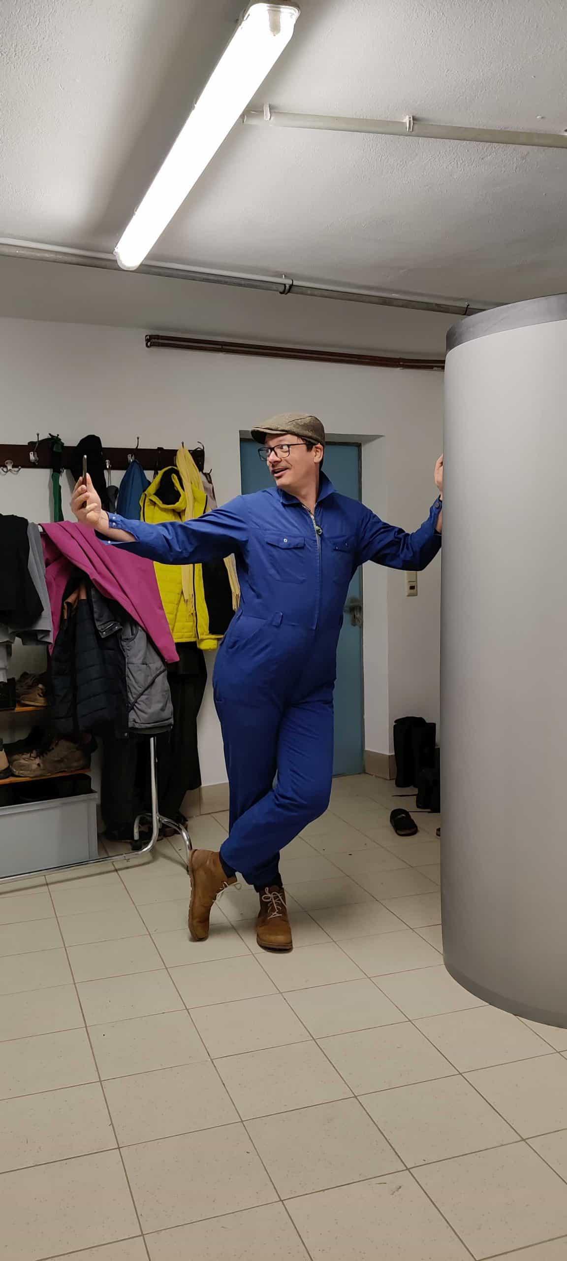 Wilhelm Geiger beim Anziehen der Arbeitskleidung