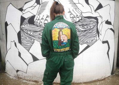 Viktoria Eichinger vor ihrem Silo aus der Reihe Würmlas Wände
