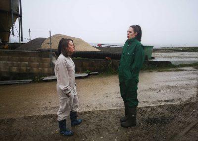 Bianca Blasl und Viktoria Eichinger unterhalten sich über die Schweinemast