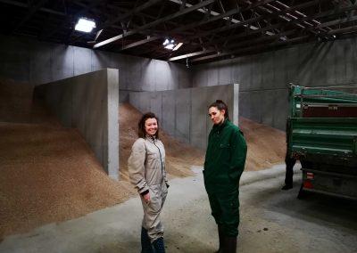 Bianca Blasl und Viktoria Eichinger im Futterlager