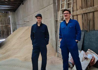 Stefan und Willy im Futterlager der Schweinemast von Viktoria Eichinger