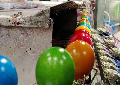 Ostereier trocknen nach dem Färben und werden gleichzeitig transportiert