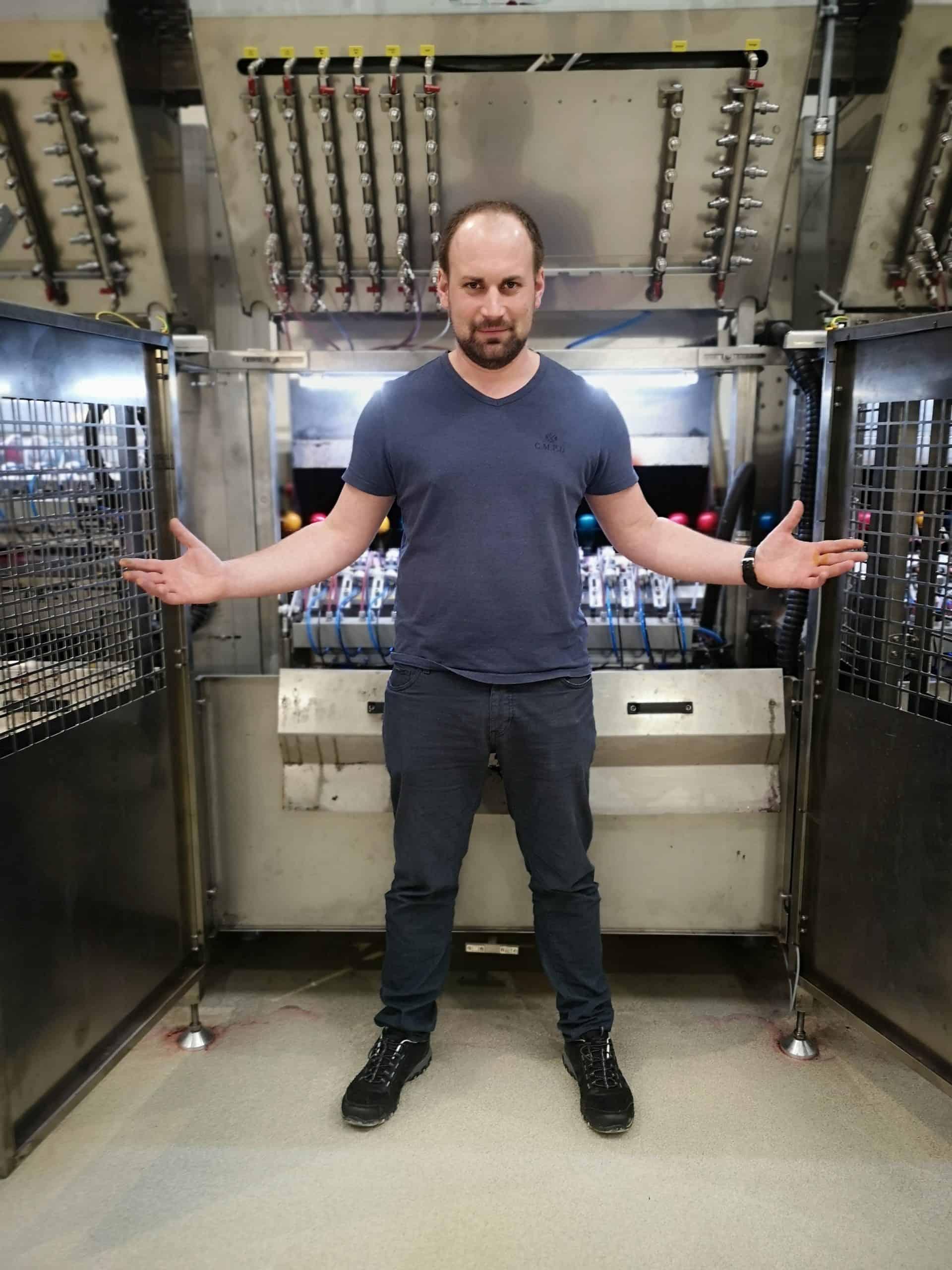 Der Egg-Master - Martin Schrall vor seiner Eierspritzmaschine :-)