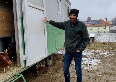 Ferdinand Köberl vom Gredlbauer vor seinem selbstgebauten Mobilstall