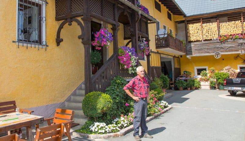 Sepp Brandstätter steht stolz vor seinem Hof in Würmlach