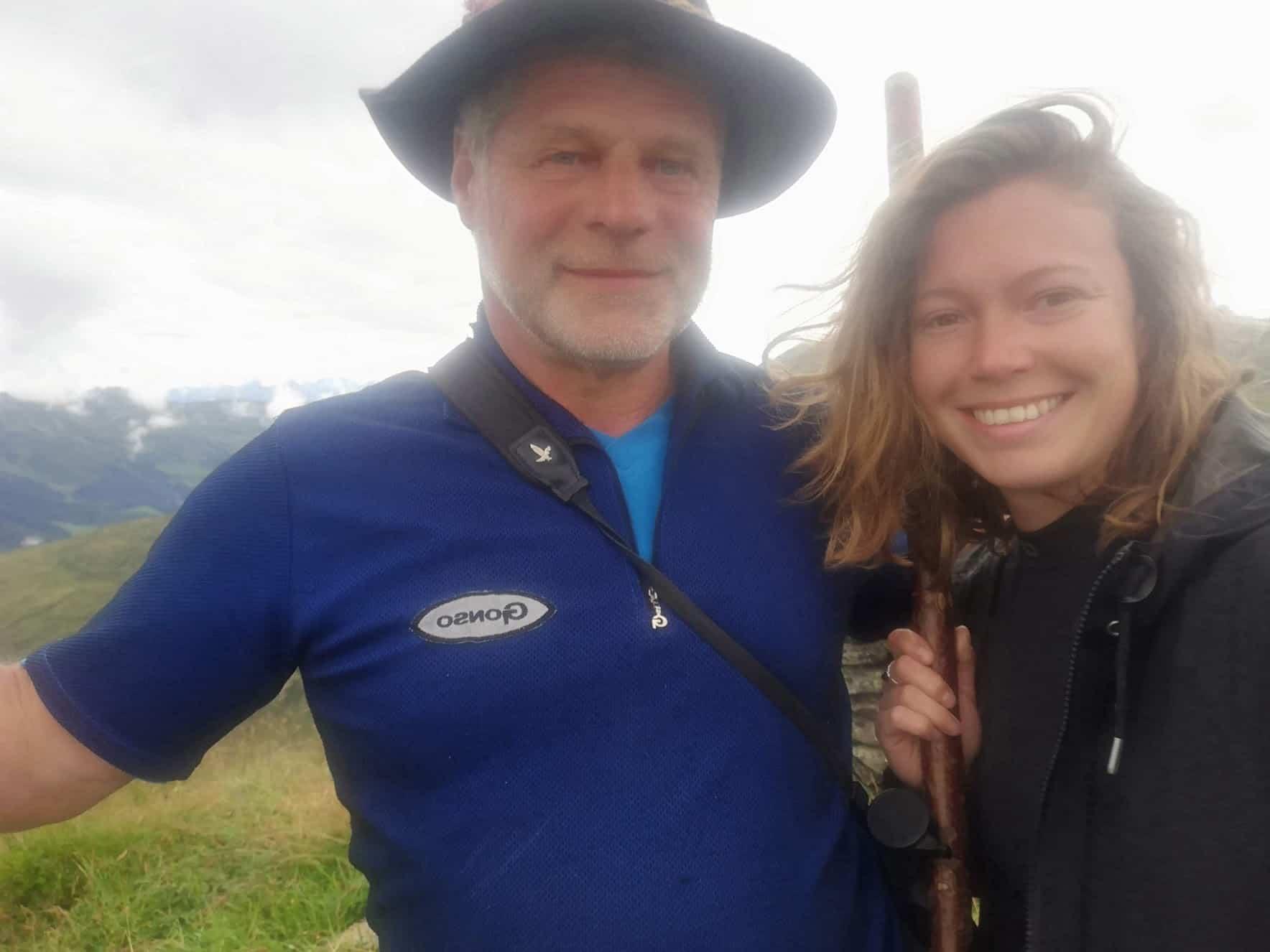 Bianca Blasl und Walter Kofler beim Schafesuchen auf der Alm in Tirol