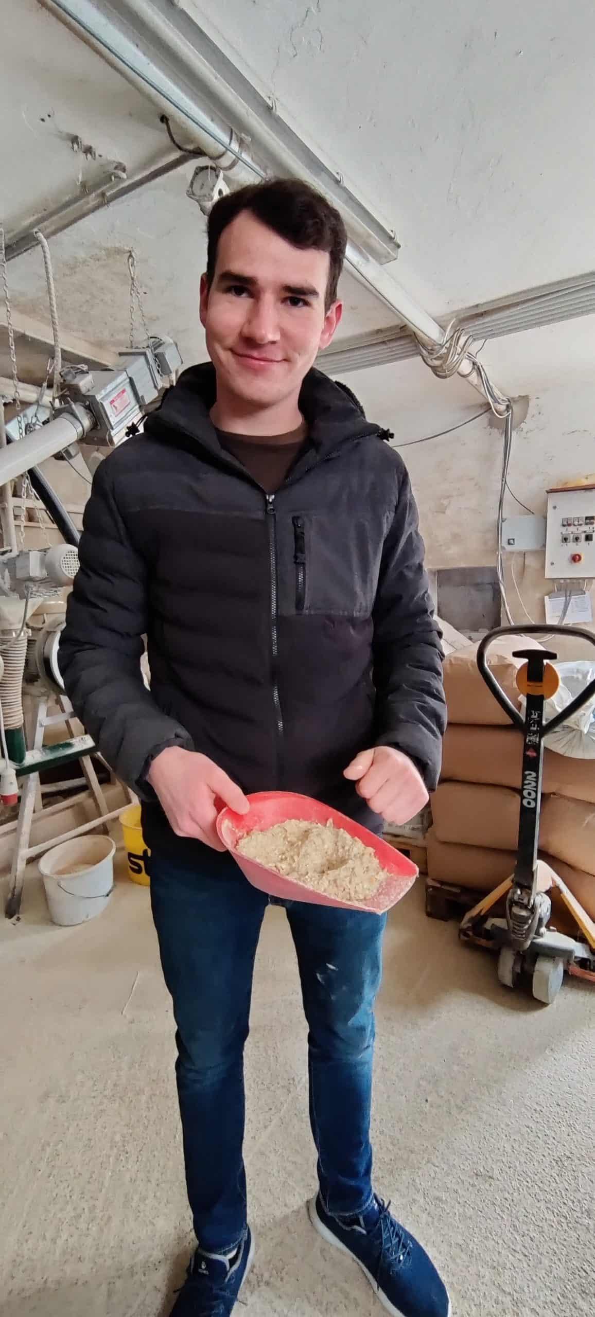 Hans-Peter Schlegel mit einer selbst-erstellten Futtermischung