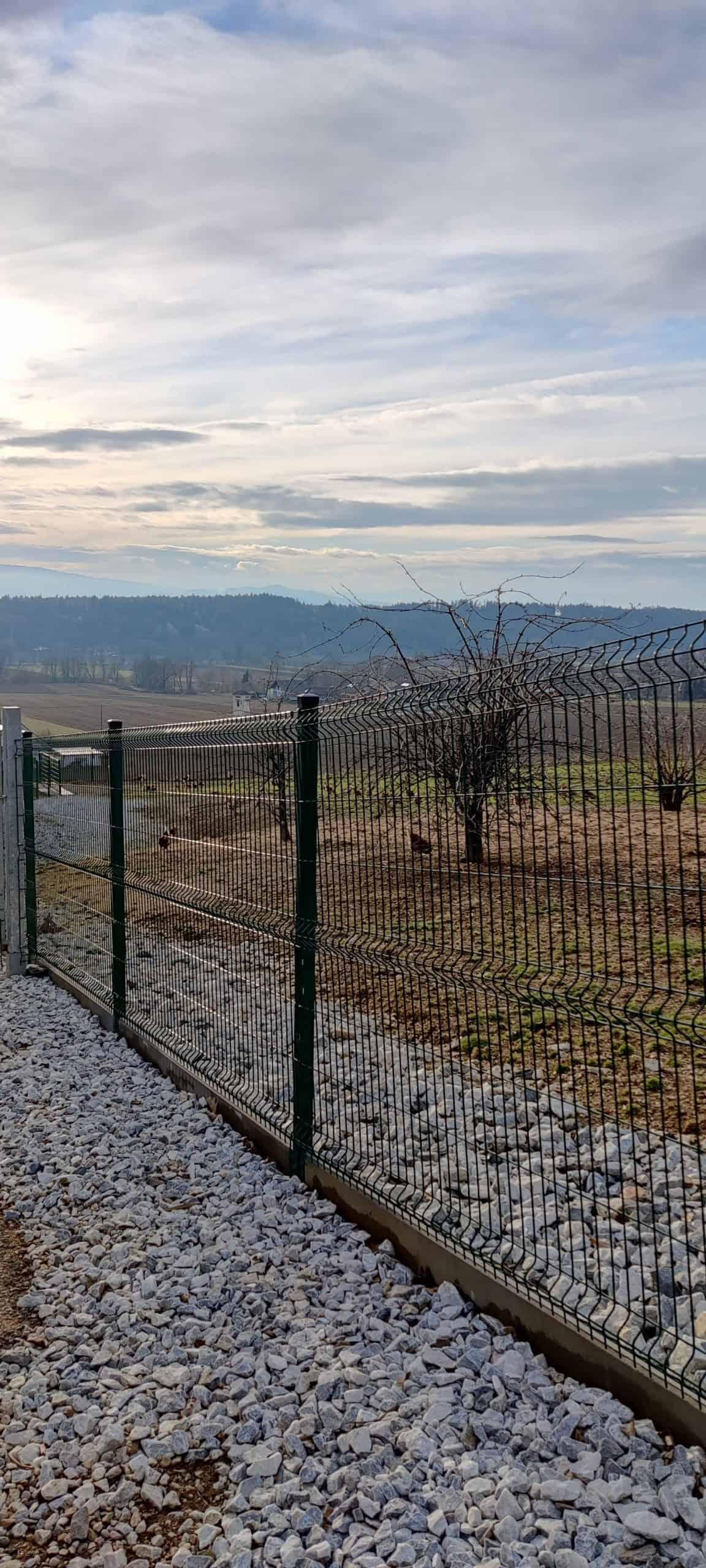 Gitter des Auslaufbereichs der Freilandhühner am Hofveitl