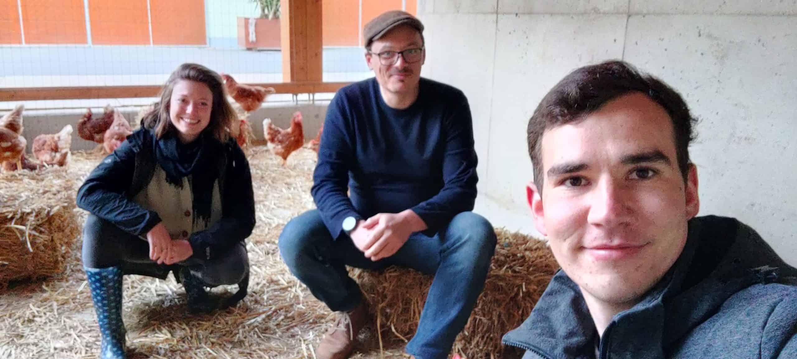 Selfie im Hühnerauslauf mit Bianca Blasl, Hans-Peter Schlegl und Wilhelm Geiger