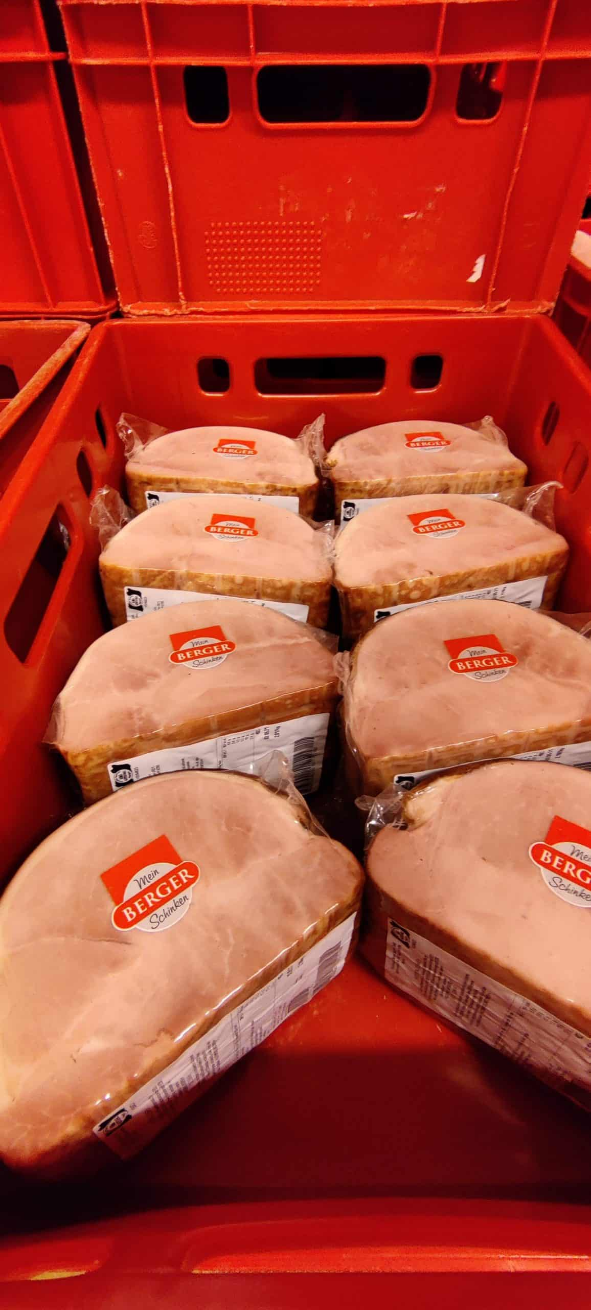 Backofenschinken fertig verpackt von Berger Schinken in einer roten Fleischkiste