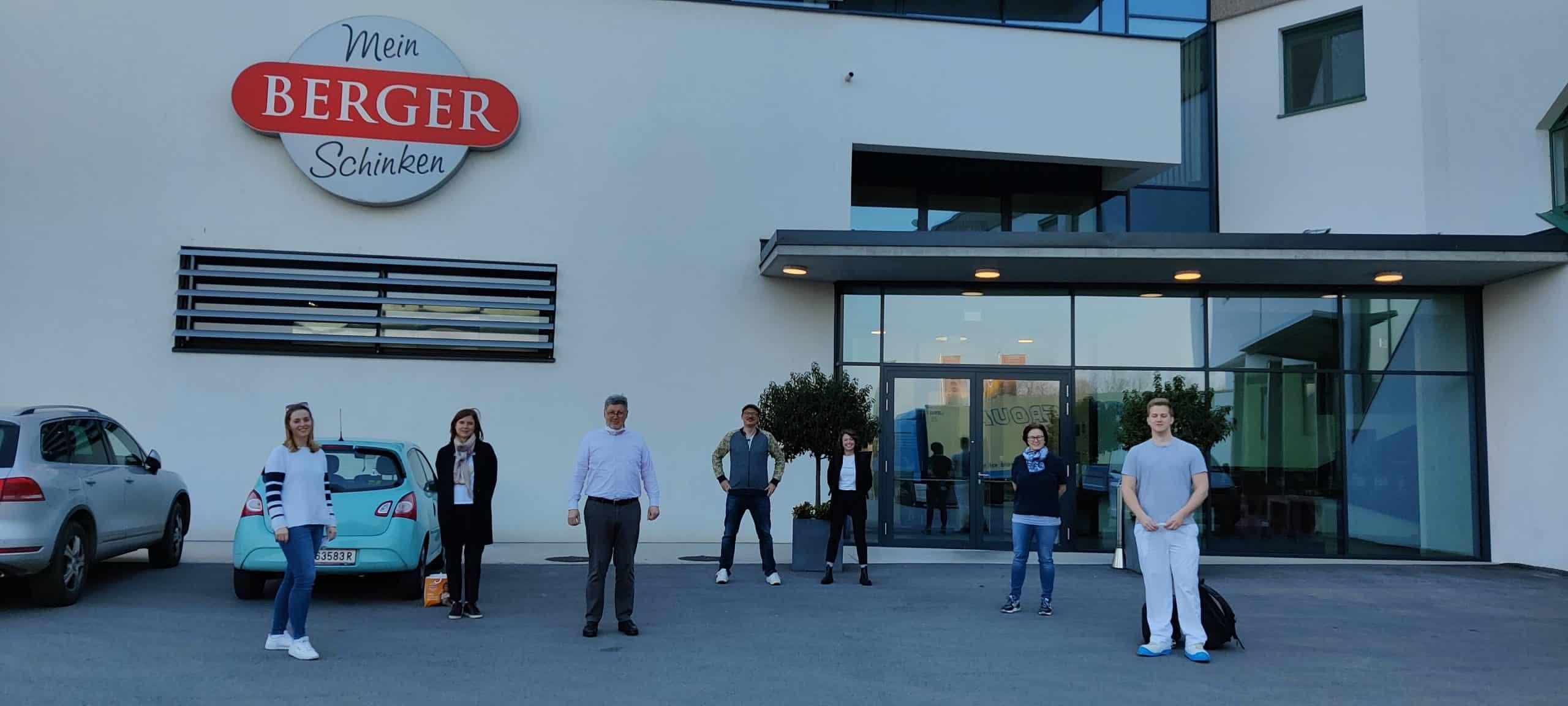 Foto mit Familie Berger von dem Firmengebäude von Berger Schinken