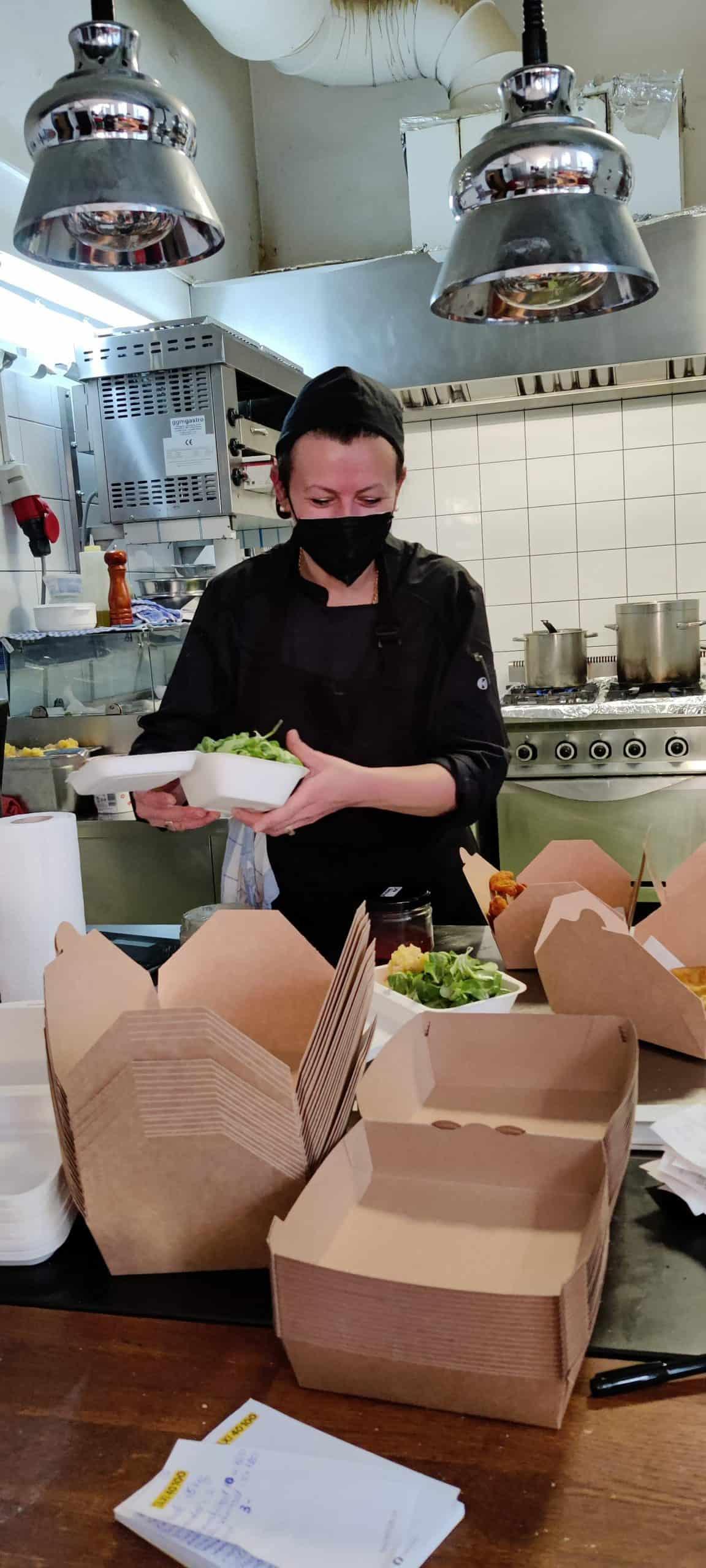 Küchenchefin Petra bei der Arbeit