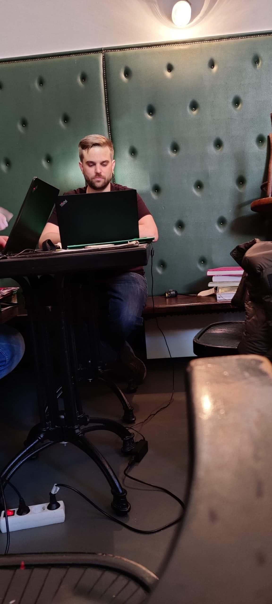 Roland Soyka beim Arbeiten in seinem Beisl