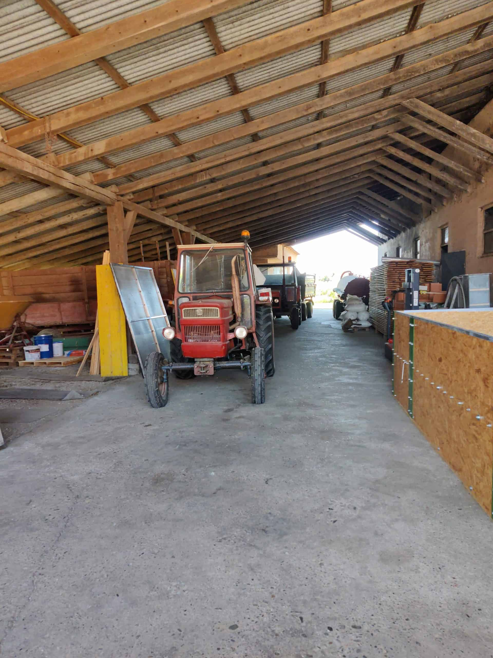 Zwei alte Traktoren im vollen Einsatz